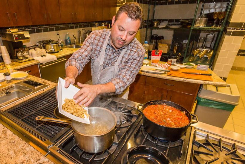 Elk stroganoff: cooking egg noodles