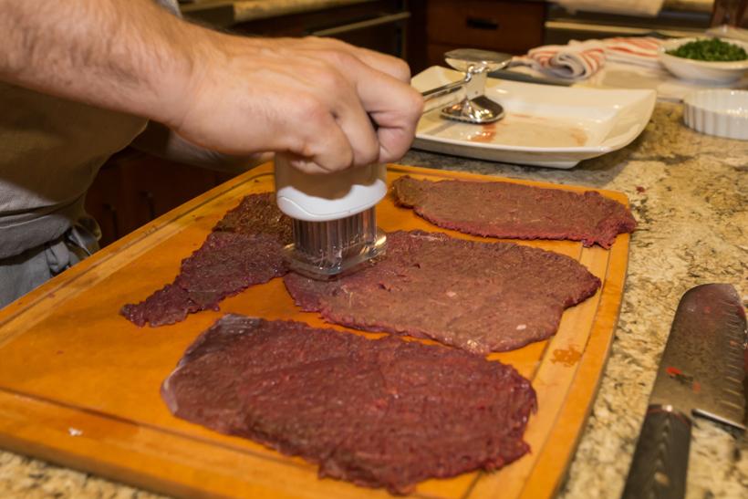 Bladed meat tenderizer