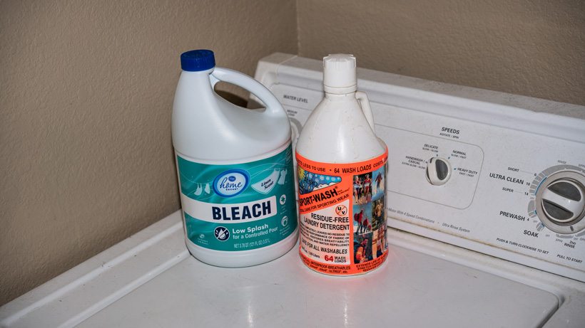Bleach and fragrance free detergent for cleaning game bags