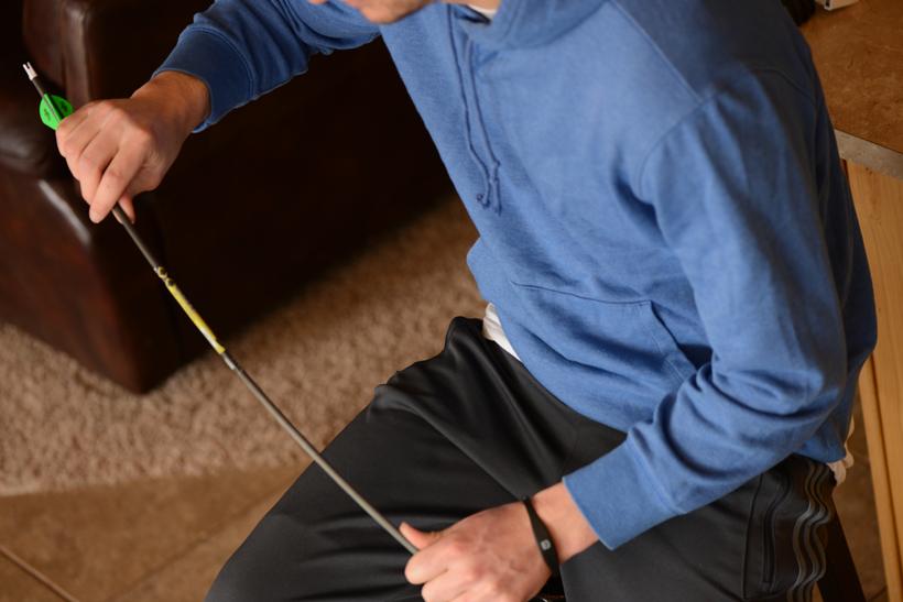 Checking arrow for cracks