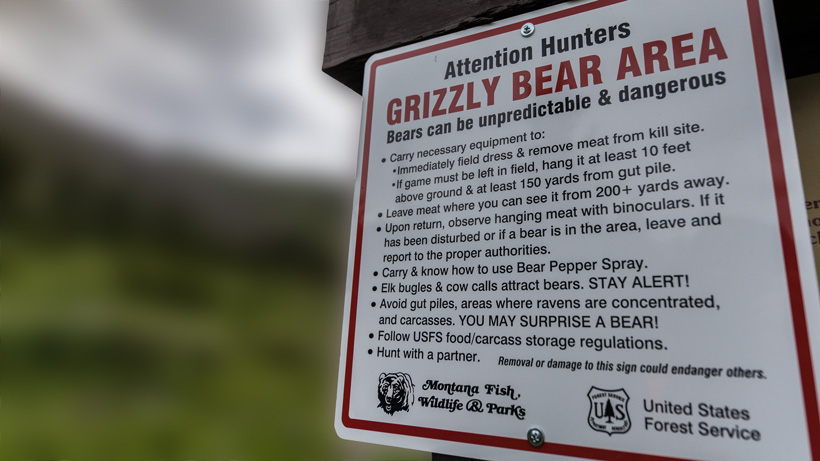 Sign alerting of grizzly bears in the area